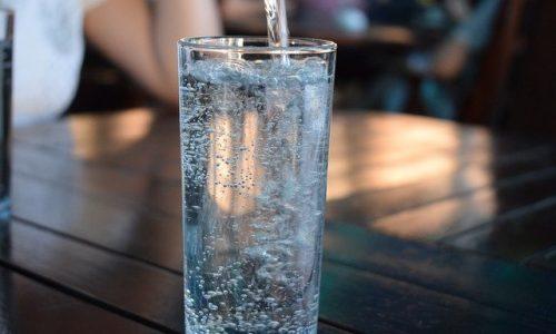 Wie Ihnen das Trinken von Wasser bei der Gewichtsabnahme hilft